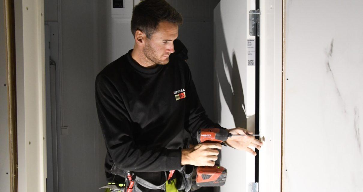 Et bilde som inneholder vegg, person, mann, innendørs Automatisk generert beskrivelse