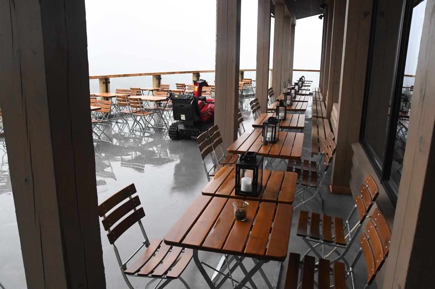 Et bilde som inneholder innendørs, tre, spise, veranda  Automatisk generert beskrivelse