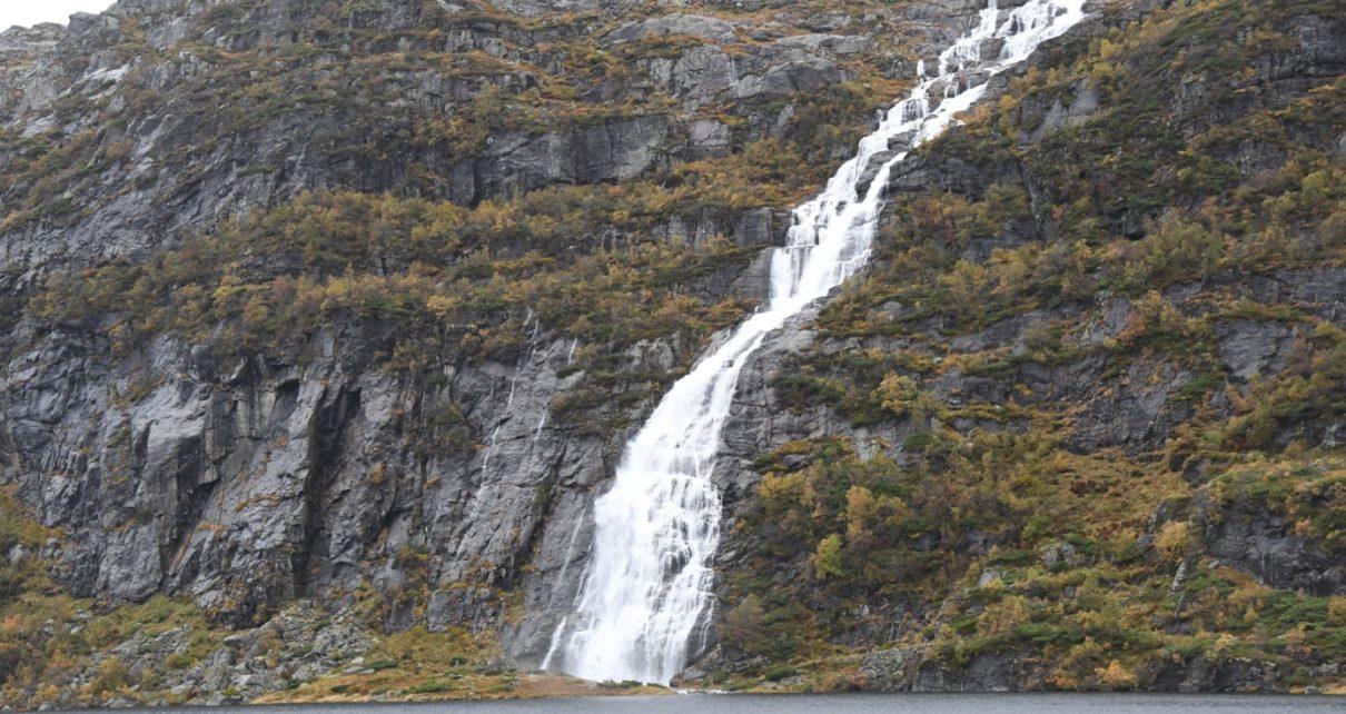 Et bilde som inneholder utendørs, fjell, natur, vann Automatisk generert beskrivelse